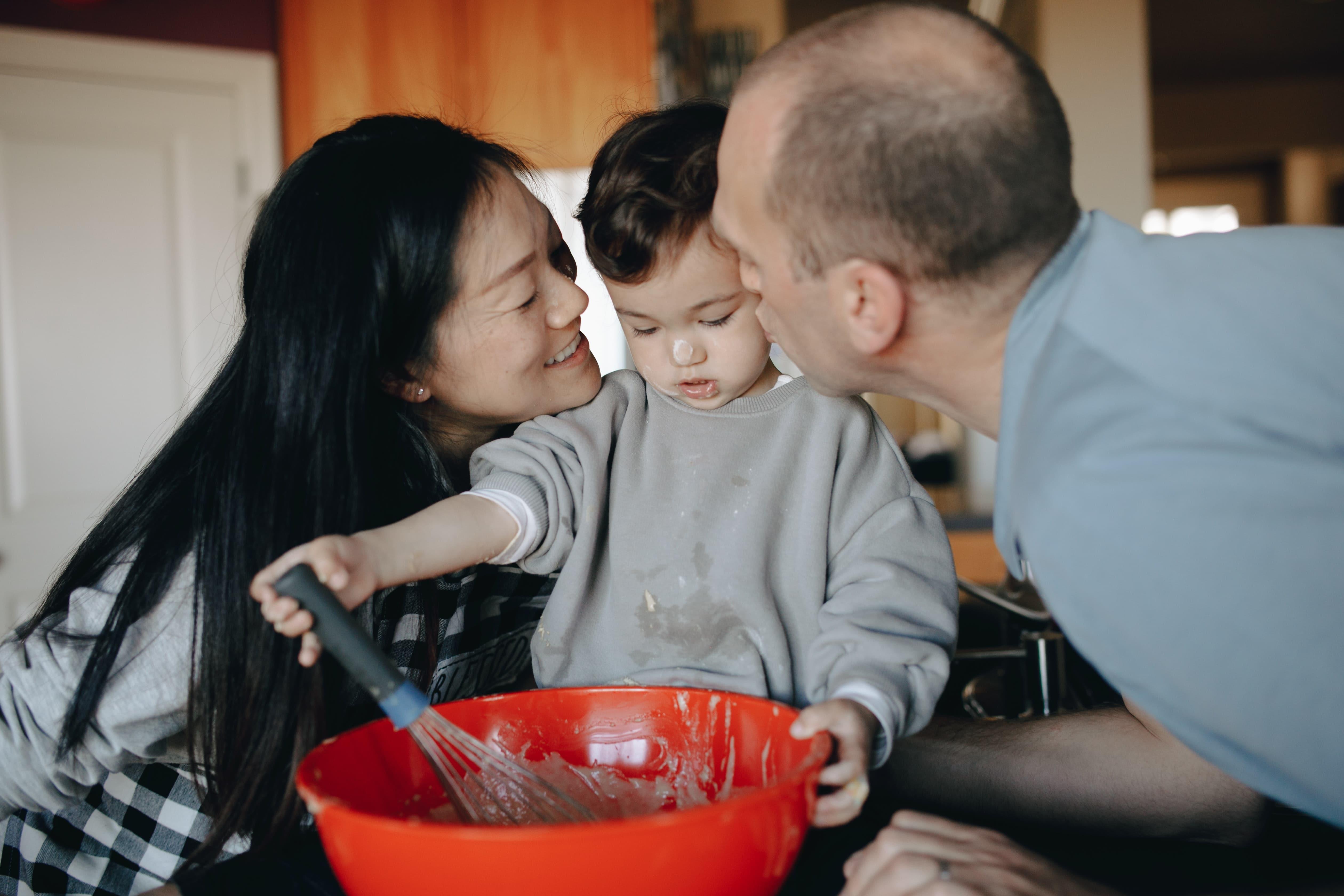 Apprendre à cuisiner SEUL: quand nos enfants en sont-ils vraiment capables?